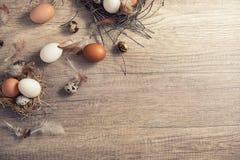 Fond des oeufs sur en bois rustique photos stock