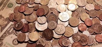 Fond des pièces de monnaie se trouvant sur les billets de banque de papier des Etats-Unis Photographie stock