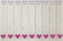Fond des planches en bois légères, et frontière de coeur de fleur Image libre de droits