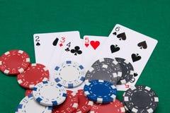 Fond des puces dispersées et multicolores pour jouer le casino et la rue de cartes en liasse, sur la table verte image stock