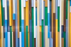 Fond des rectangles en plastique colorés disposés verticalement photos stock