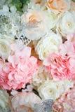 Fond des roses et des hortensias et des papillons blancs et roses photo stock