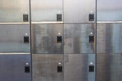 Fond des salles d'entreposage avec des serrures de combinaison Photos stock