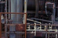 Fond des tuyaux industriels et des grilles, patines de peinture et en métal image stock