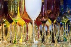 Fond des verres de vin en verre colorés Image stock