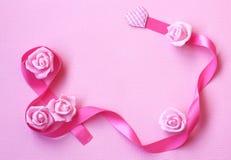 Fond doux avec le ruban en soie rose, fleurs roses, Internati Photo stock