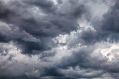 Fond dramatique de nuages Image libre de droits