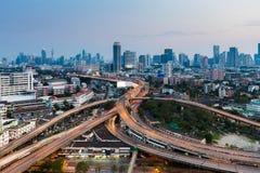 Fond du centre de paysage urbain au-dessus d'intersection de route Photo stock