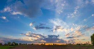 Fond du ciel avec des cumulus au coucher du soleil photo stock