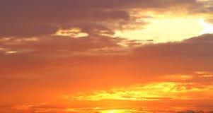 Fond du ciel avec des nuages au coucher du soleil Photographie stock