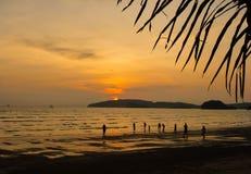 Fond du coucher du soleil sur la plage photo stock