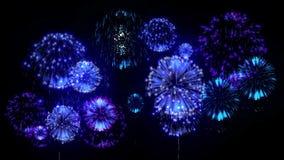 fond du feu d'artifice 4K fireckrackers colorés la nuit vacances Version 18 banque de vidéos