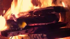 Fond du feu - flamme d'un rouge ardent à l'intérieur de fourneau clips vidéos