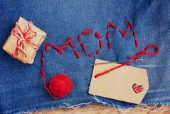 Fond du jour de mère, denim brodé avec des lettres Images libres de droits