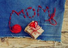 Fond du jour de mère, denim brodé avec des lettres, cadeau BO Photos stock