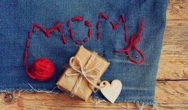 Fond du jour de mère, jeans, boîte-cadeau Images stock