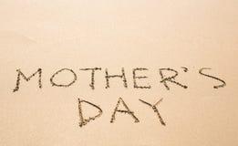 Fond du jour de mère sur la plage sablonneuse Images stock