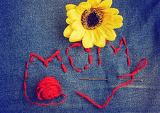Fond du jour de mère, tissu de jeans et tournesols Image stock