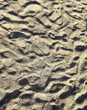 Fond du sable brut sur le bord de la mer couvert de traces photos libres de droits