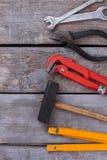 Fond en bois avec de divers outils photo libre de droits
