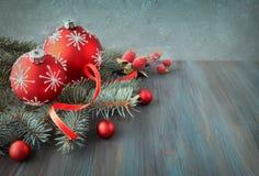 Fond en bois avec des brindilles d'arbre de Noël décorées de Noël Photo stock
