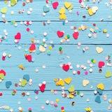 Fond en bois avec des confettis de coeur et de point Image libre de droits