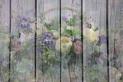 Fond en bois avec des fleurs Photos libres de droits