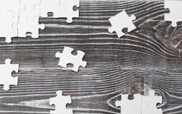 Fond en bois avec des puzzles image stock
