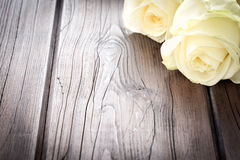 Fond en bois avec des roses Photo stock