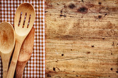 Fond en bois avec des ustensiles de cuisine Photographie stock libre de droits