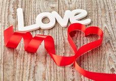 Fond en bois avec l'amour et le ruban Photo stock