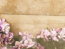 Fond en bois avec la couleur de filtre de vintage de bouquet de fleurs Photos stock
