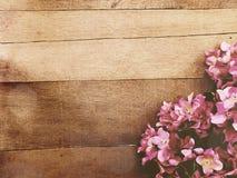Fond en bois avec la couleur de filtre de vintage de bouquet de fleurs Photo stock