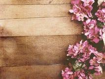 Fond en bois avec la couleur de filtre de vintage de bouquet de fleurs Photographie stock