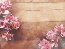 Fond en bois avec la couleur de filtre de vintage de bouquet de fleurs Photo libre de droits