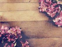 Fond en bois avec la couleur de filtre de vintage de bouquet de fleurs Photos libres de droits