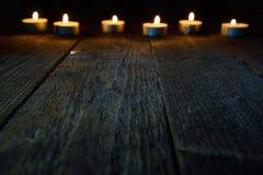 Fond en bois avec le bokeh avec des bougies Photos libres de droits