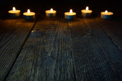Fond en bois avec le bokeh avec des bougies Photos stock