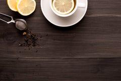 Fond en bois avec le thé noir et le citron photos libres de droits