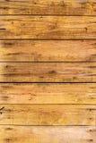 Fond en bois avec les conseils vert clair horizontaux avec la peinture d'épluchage Photo stock