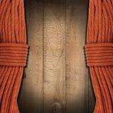 Fond en bois avec les cordes s'élevantes Photo stock