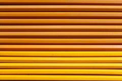 Fond en bois avec les crayons jaunes Photographie stock libre de droits