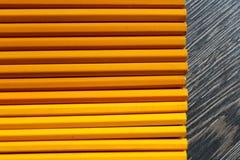 Fond en bois avec les crayons jaunes Photo libre de droits