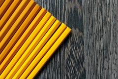 Fond en bois avec les crayons jaunes Images libres de droits