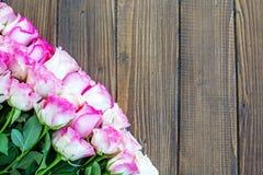 Fond en bois avec les fleurs roses Un endroit pour des félicitations Image libre de droits