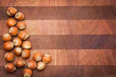 Fond en bois avec les noisettes et l'espace de copie Photos stock