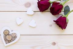 Fond en bois avec les roses rouges Images libres de droits