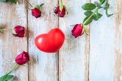 Fond en bois avec les roses rouges et le concept de Saint-Valentin de coeurs photo stock