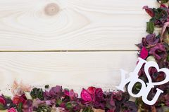 Fond en bois avec un coin des pétales et des feuilles Images libres de droits
