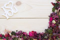 Fond en bois avec un coin des pétales et des feuilles Photos libres de droits
